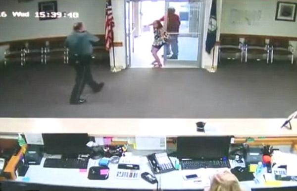 يستخدم طفلته درعا بشريا للفرار من الشرطة