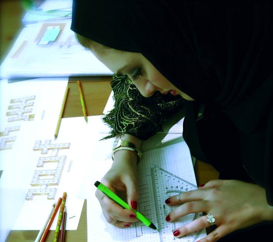 مصممة مجوهرات تستوحي تصميماتها من أجواء دبي