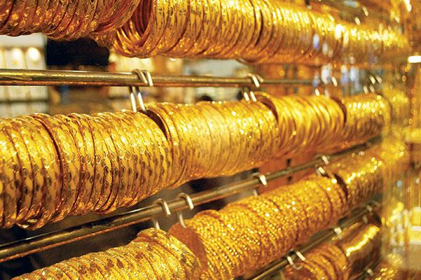 الذهب ينخفض ويظل قرب أعلى مستوى في أسبوعين