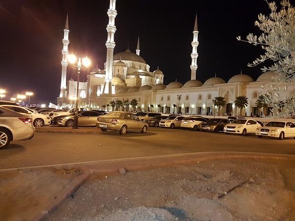 جامع الشيخ زايد بالفجيرة  يستقبل جموع المصلين