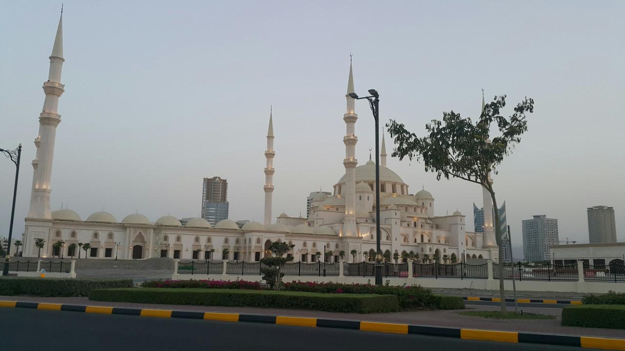 الهلال الأحمر بالفجيرة ينظم الصلاة بجامع الشيخ زايد
