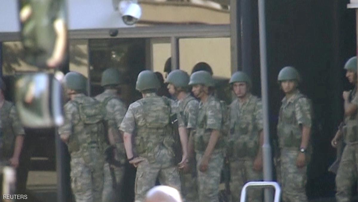 عمليات أمنية مستمرة بتركيا وأردوغان يدعو لملازمة الشارع