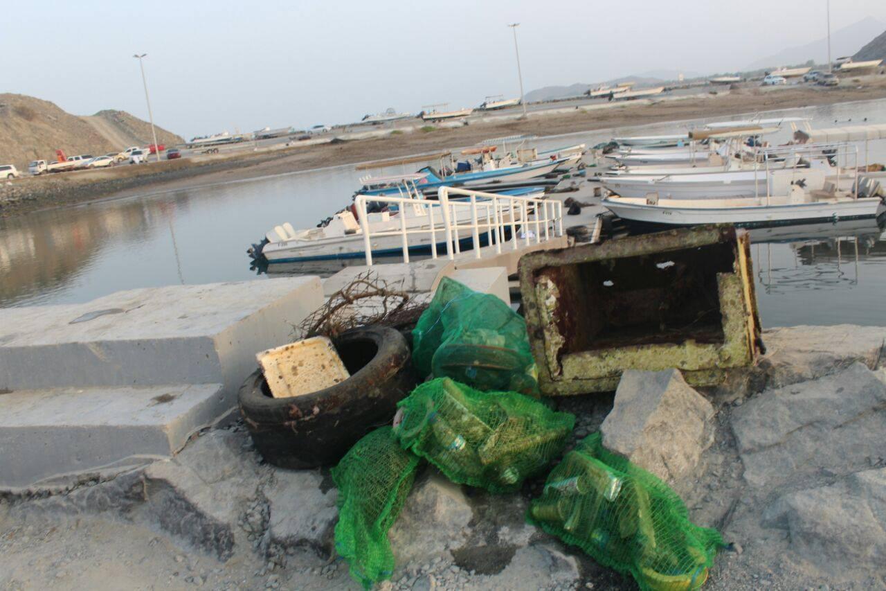 استخراج  9 أطنان مخلفات  بحرية من ميناء البدية