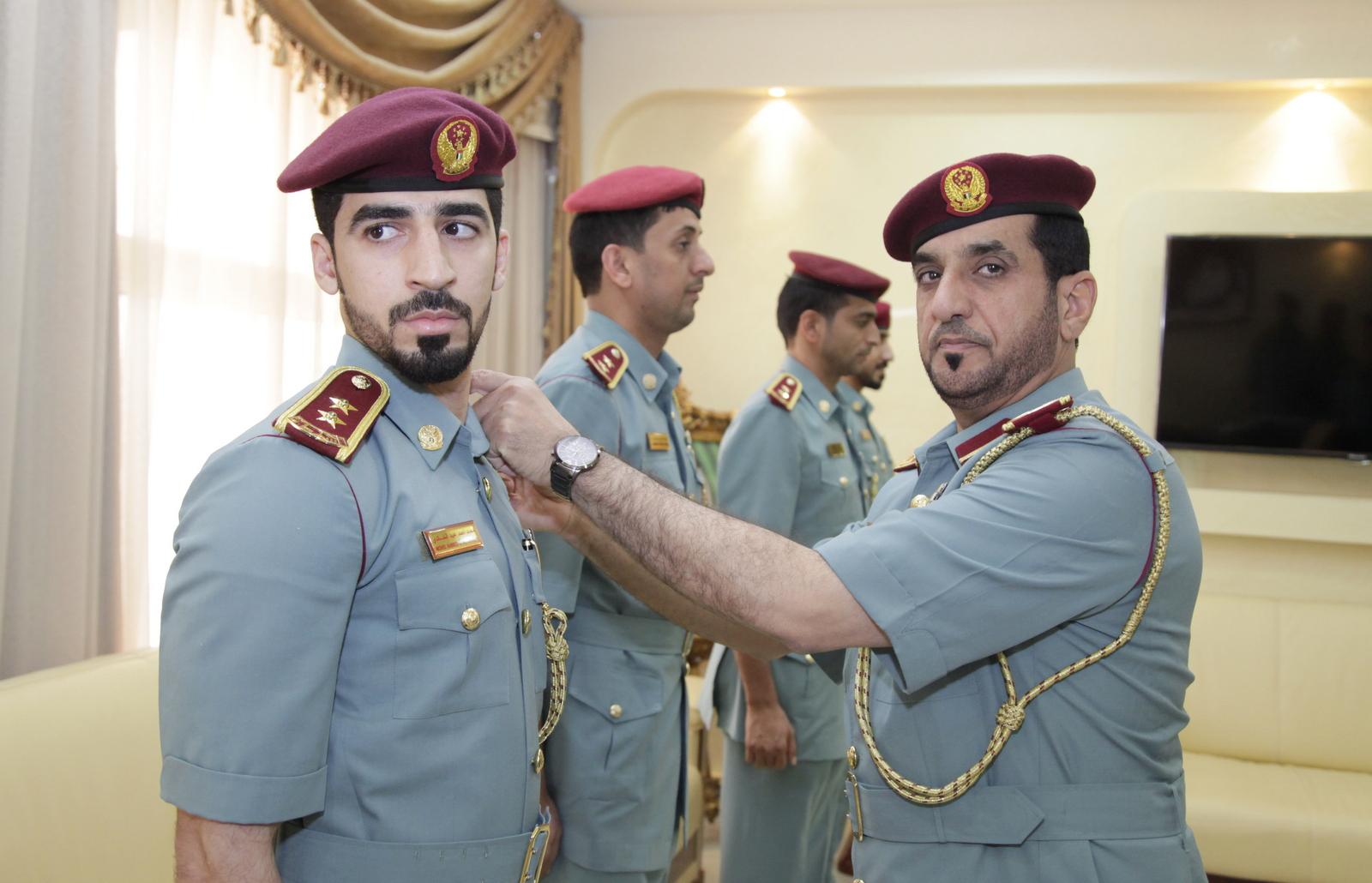 الطنيجي يقلد (26) ضباطا رتبهم الجديدة