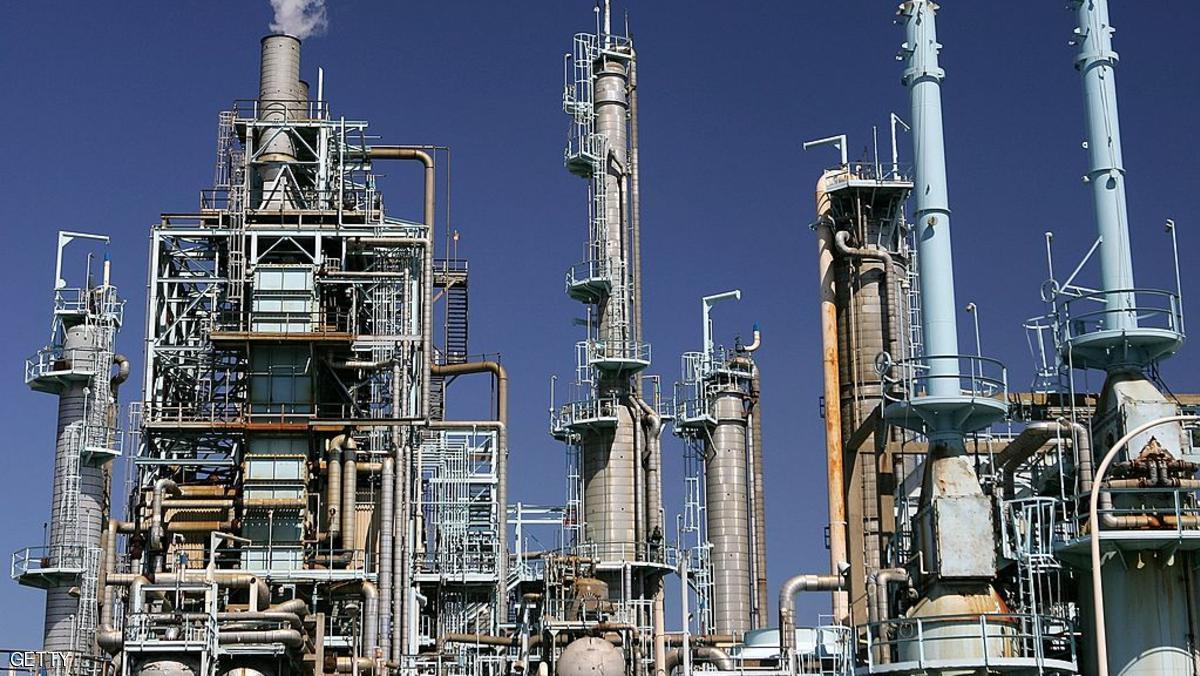 النفط يهبط بفعل زيادة غير متوقعة بمخزونات الخام الأميركية