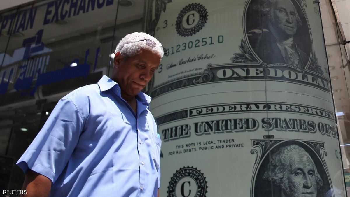 الدولار يتراجع قليلا والمستثمرون يترقبون رفع الفائدة