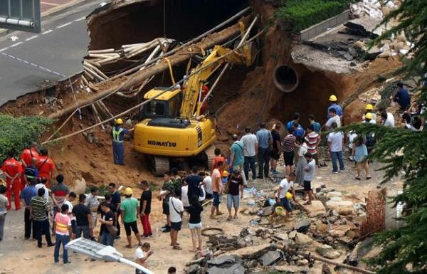 ظهور حفرة عملاقة ابتلعت المارة في شارع بالصين