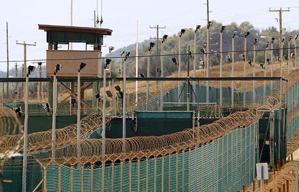 الإمارات تتسلم 15 من معتقلي جوانتانامو لأسباب إنسانية