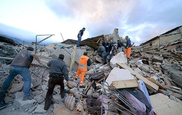 وفاة 16 في زلزال هز وسط إيطاليا
