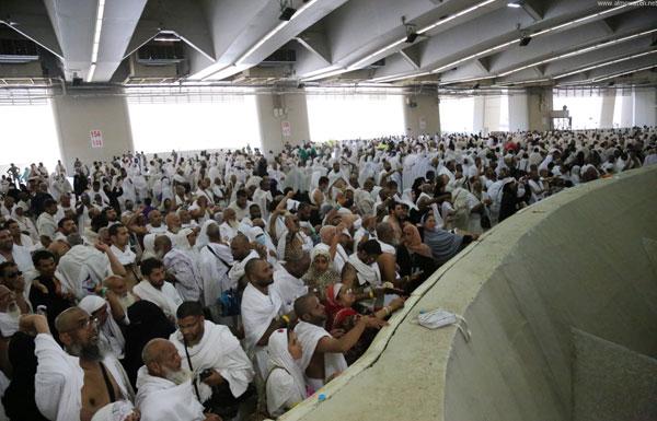 حجاج بيت الله الحرام يرمون جمرة العقبة في أول أيام عيد الأضحى