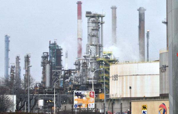 أسعار النفط تتراجع بعد يومين من الصعود القوي
