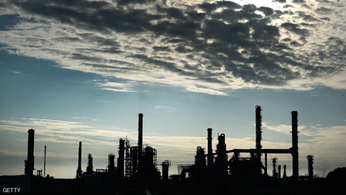 النفط يتراجع عن أعلى مستوى في عام