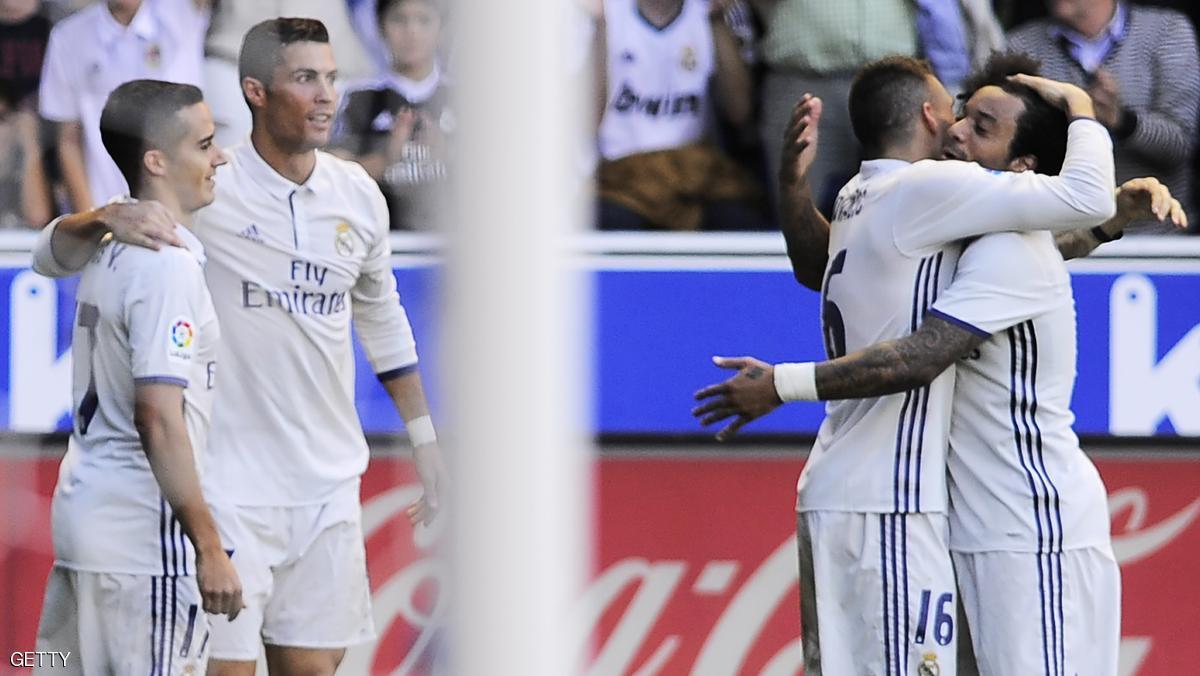 ريال مدريد يحافظ على الصدارة بثلاثية لرونالدو