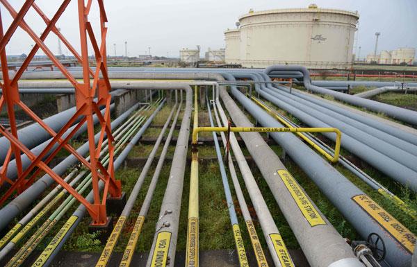 النفط يرتفع بفعل التزام روسيا بتثبيت الإنتاج