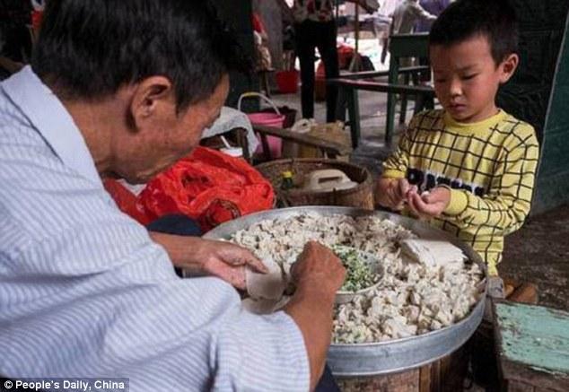 طفل صيني يصنع 10 آلاف زلابية في اليوم لإعانة أسرته