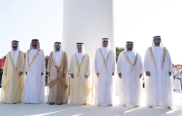 أولياء العهود وهزاع بن زايد والشيوخ يشهدون احتفالية العلم في أبوظبي