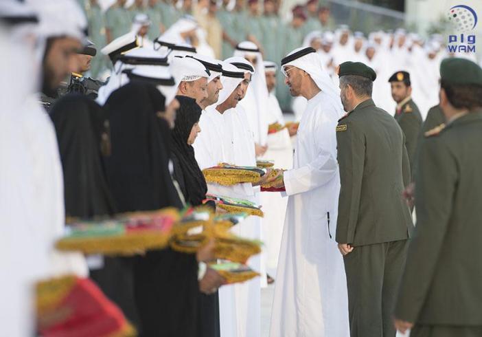 محمد بن زايد يلتقى اسر الشهداء
