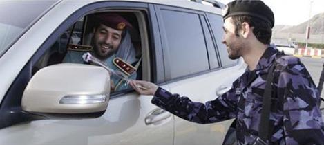 شرطة الفجيرة توزع باقات من الورود على المتعاملين في مراكز الخدمة والسائقين