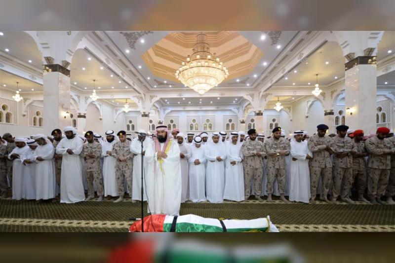 جموع المصلين يؤدون صلاة الجنازة علي الشهيد زكريا الزعابي في كلباء