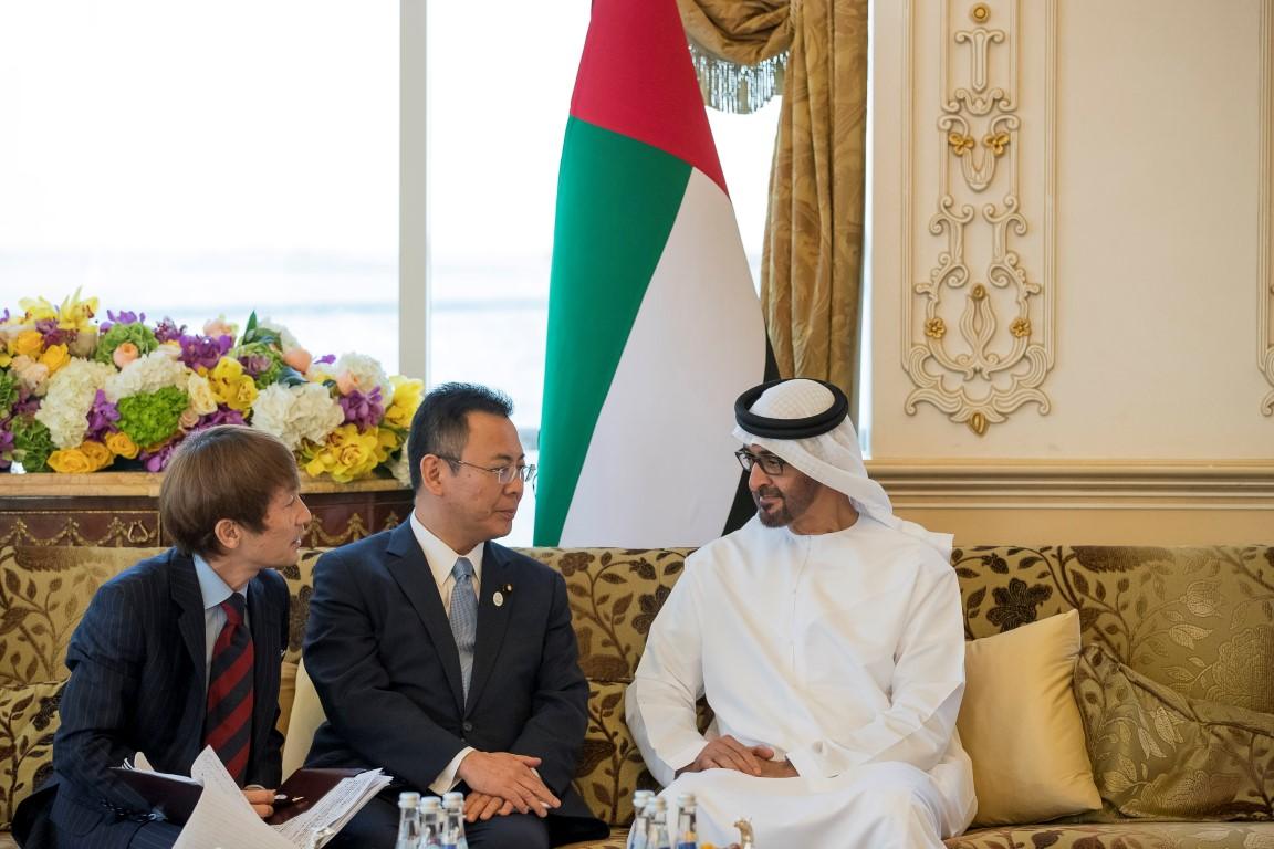 محمد بن زايد يتسلم رسالة خطية من رئيس الوزراء الياباني