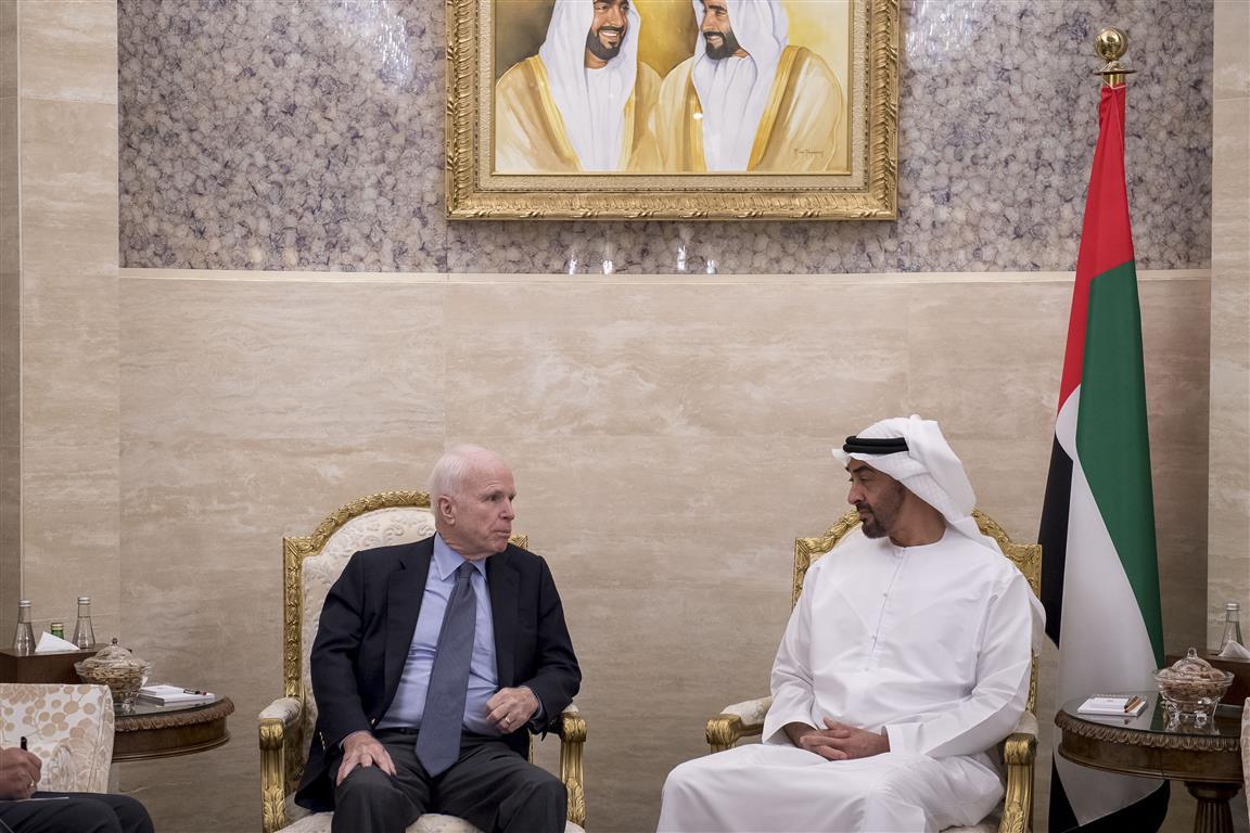 محمد بن زايد وجون ماكين يستعرضان جهود تجفيف منابع الإرهاب