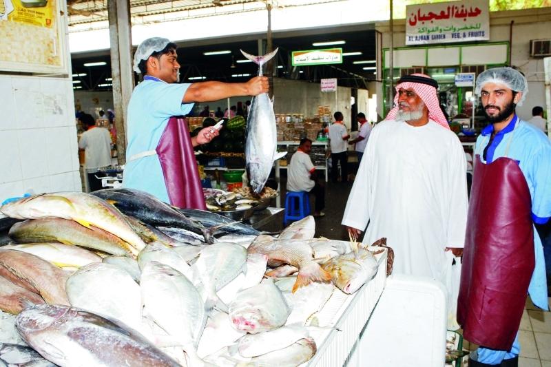 الأحوال الجوية ترفع أسعار الأسماك في العين