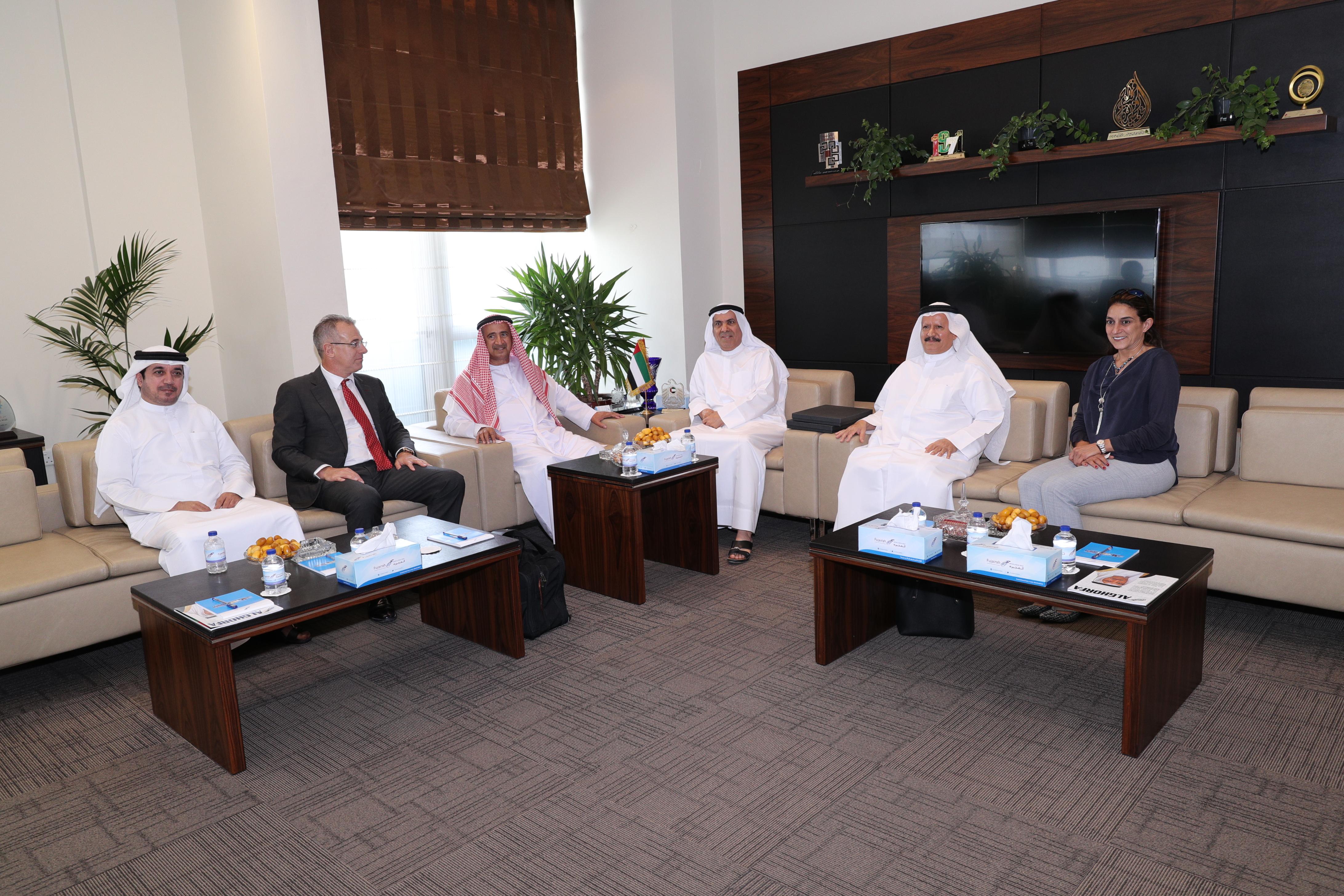 غرفة الفجيرة تطلع على مهام وأهداف مركز الإمارات للتحكيم البحري