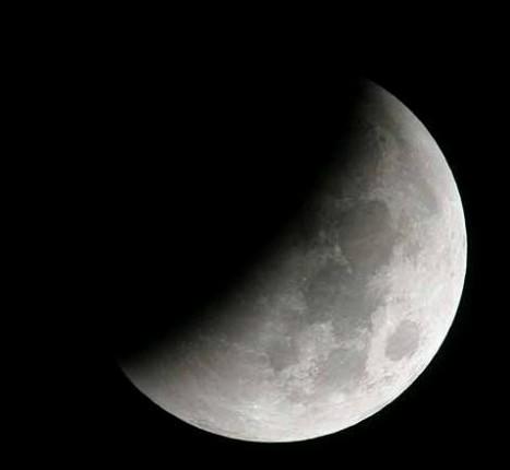 خسوف جزئي للقمر 9:23 مساء غدٍ بالإمارات