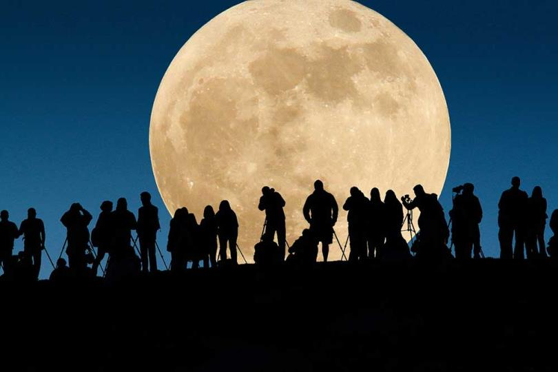 الإمارات تشارك العالم الليلة الدولية لرصد القمر