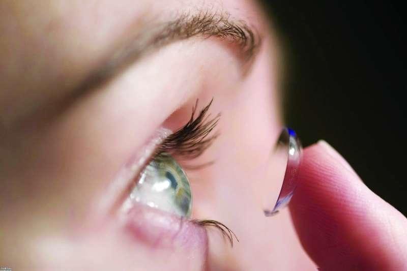 وزارة الصحة تسحب تشغيلة من عدسات العيون