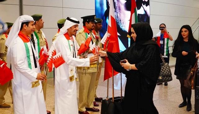 مطارات دبي تستقبل المسافرين البحرينيين بالورود والأعلام