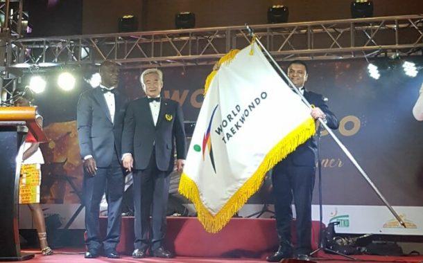 الإمارات تتسلم علم استضافة كأس العالم والجائزة الكبرى للتايكواندو