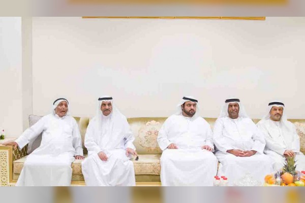 حاكم الفجيرة يقدم واجب العزاء في وفاة والدة سيف علي راشد