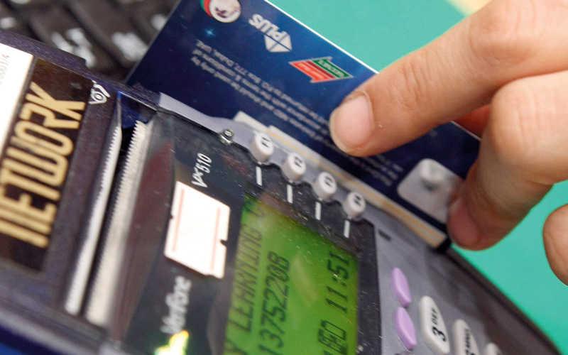 «المركزي» يمنع المتاجر من مسح البطاقات المصرفية أكثر من مرة
