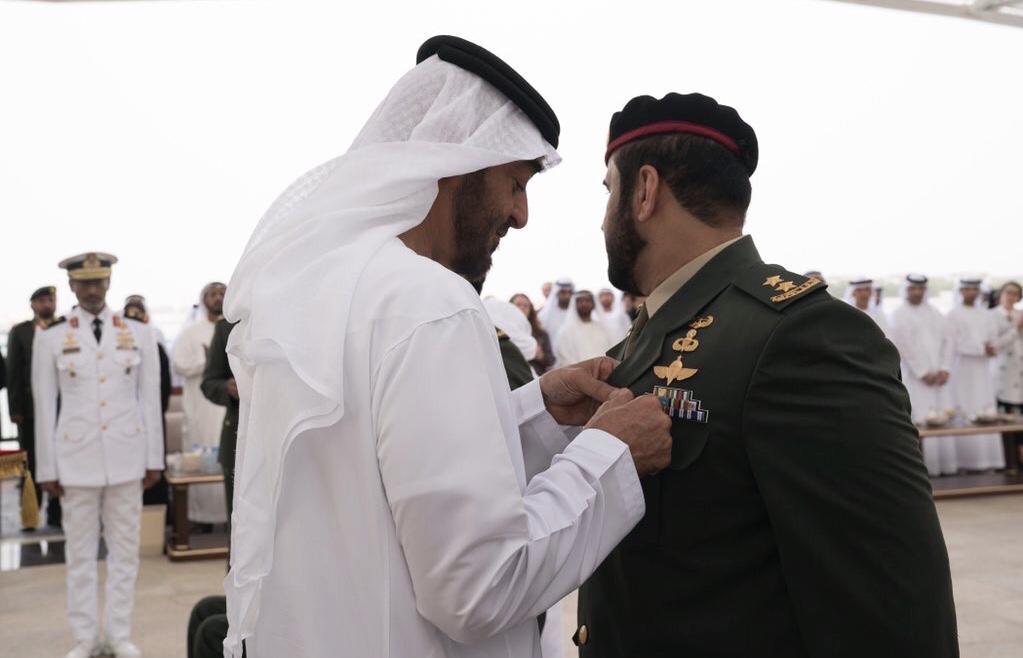 محمد بن زايد يقلد أبطالاً من القوات المسلحة
