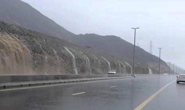 بالفيديو ... أمطار الخير وجريان وادي شوكة اليوم
