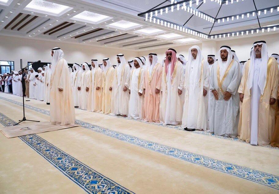 محمد بن زايد يؤدي صلاة العيد في جامع سلطان بن زايد الأول