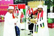 مطارات ومنافذ الدولة تستقبل العمانيين بالورود والهدايا