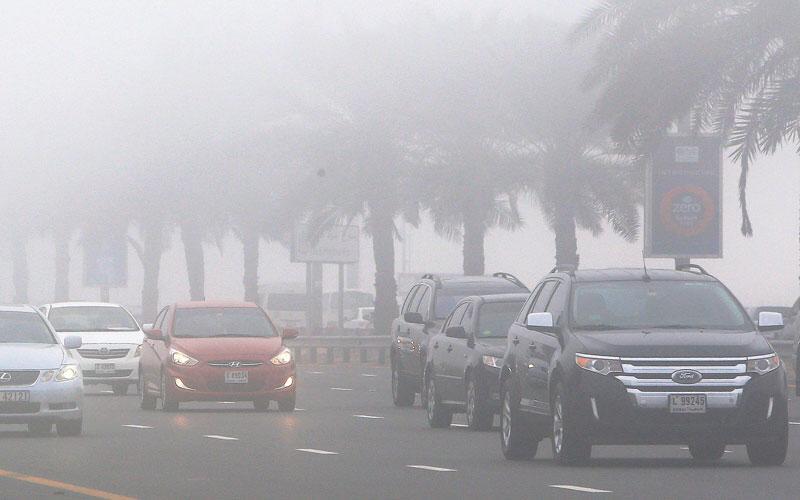 شرطة أبوظبي تحذر من الاستخدام الخاطئ للإشارات الرباعية أثناء الضباب