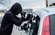 لص يسرق سيارة ويصدمها ثم يتصل بالشرطة للإبلاغ !