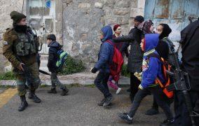المستوطنون يهاجمون مدرسة ويعتدون على تلاميذ الخليل