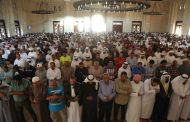 آلاف الأهالي في العين يتدفقون للصلاة على جثمان سيدة وحيدة