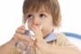 دراسة أمريكية تحذّر: إهمال الأطفال لشرب الماء يدفعهم إلى السكريات