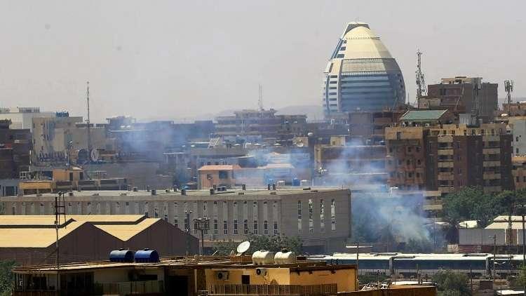 قوات الأمن السودانية تحاول فض اعتصام المحتجين أمام وزارة الدفاع