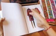مكسيكية تتحدى إعاقتها وتصمم الأزياء بقدميها