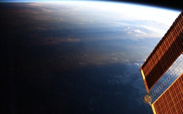 رائدة فضاء تلتقط صورة نادرة لخط الظل.. نقطة التقاء الليل والنهار