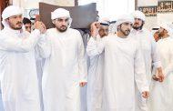 حاكم أم القيوين وولي عهد دبي والشيوخ يؤدون صلاة الجنازة على جثمان منصور بن أحمد بن علي آل ثاني