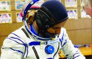 المنصوري يحمل صورة زايد وعلم الإمارات إلى الفضاء