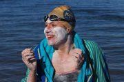 تعبر المانش 4 مرات سباحة دون توقف احتفالاً بشفائها من السرطان