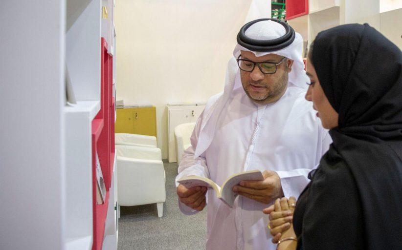 الضنحاني يتفقد جناح جائزة الشيخ  راشد بن حمد للإبداع بمعرض الشارقة للكتاب